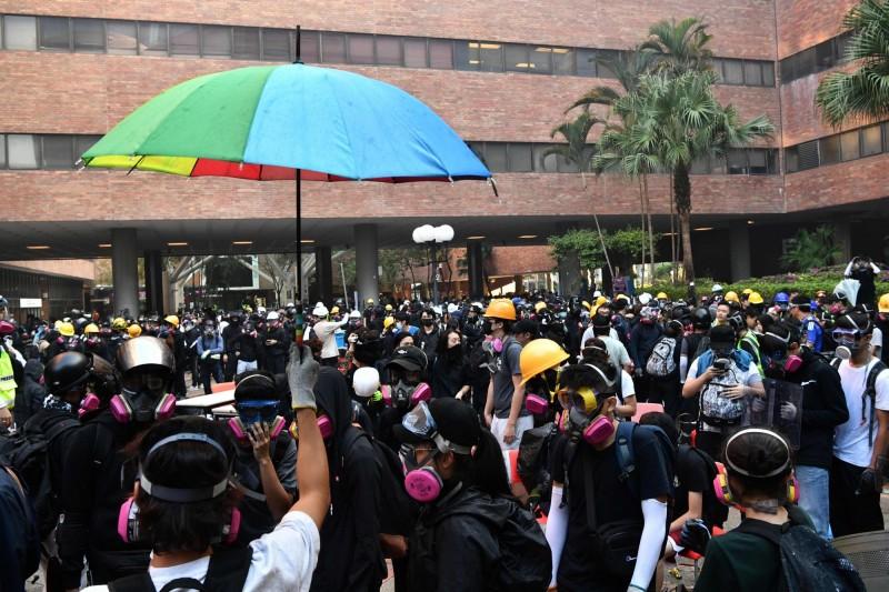 示威者聚集在理大校園。(法新社)