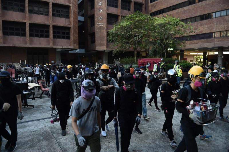 示威者在理大校園中被圍。(法新社)