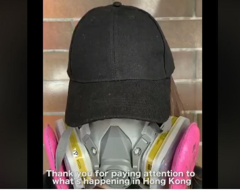 香港反送中示威越演越烈,鎮暴警察徹夜包圍理工大學對峙、拘捕,消息指出目前仍有500至600人困在校園內。對此,香港眾志秘書長黃之鋒轉貼人在理大學生的心聲,「拜託救救我們,缺乏糧食和飲用水的我們,真的沒有辦法了」。(圖擷取自黃之鋒 Joshua Wong臉書)
