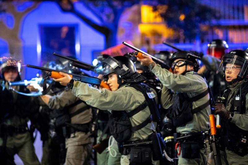 港警遭大批示威者圍攻,因此開三槍示警,港警稱開槍並沒有打中人。圖為港警示意圖。(路透)