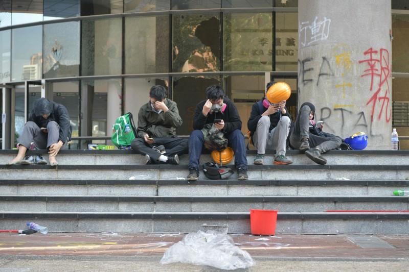 經過一夜衝突,示威者疲憊不已。(法新社)