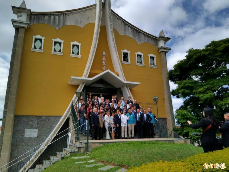 吳新興率台灣外交官員及中南美僑團代表訪慕義教會。(記者謝如欣攝)