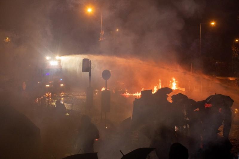 香港理大遭受火攻,港警聲稱是暴徒所為,還說沒攻入校園。(歐新社)