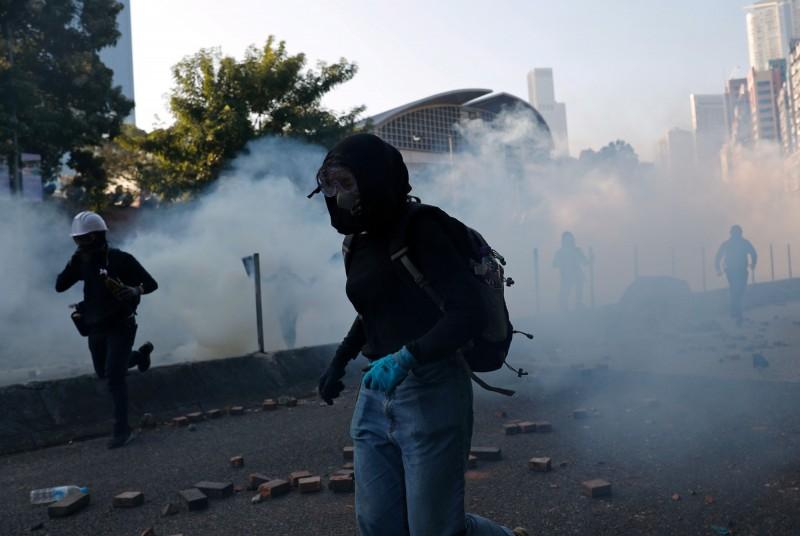 示威者因突圍未果,被警方以催淚彈逼回,再度退回校園。(路透)