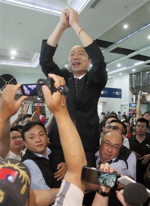 韓國瑜2名隨扈抱大腿,將韓抬起惹議。(資料照,取自市議員王浩宇臉書)