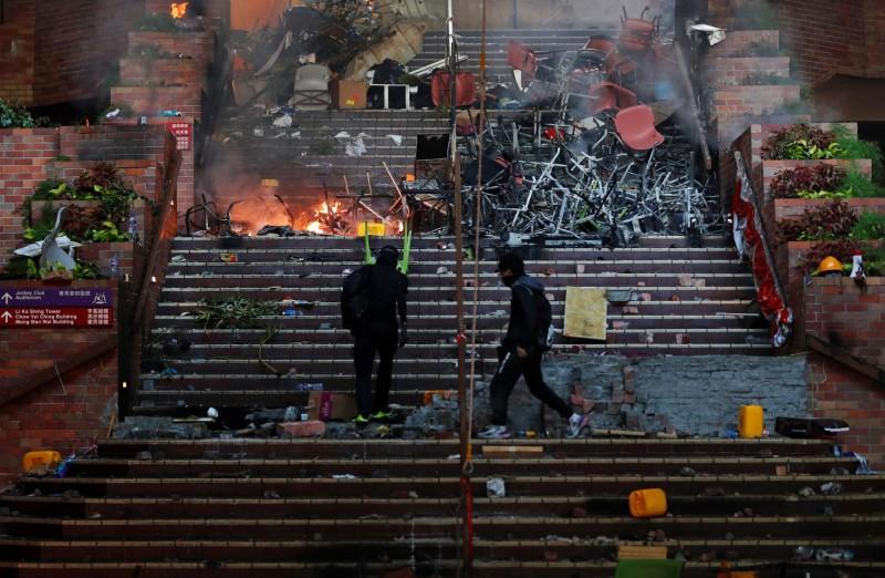 香港理工大學17日爆發警民衝突,雙方從昨日白天一路對峙到今日清晨。(路透)