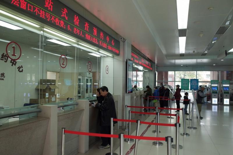 兩名內蒙鼠疫病患在北京朝陽醫院確診為鼠疫。圖為朝陽醫院民眾掛號情景。(歐新社)
