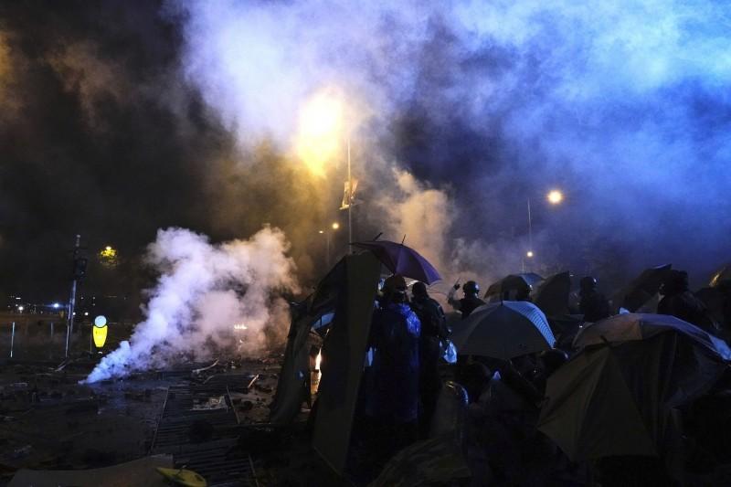 台灣記者昨被港警所發射的橡膠子彈波及。圖為理工大學外衝突現場。(美聯社)