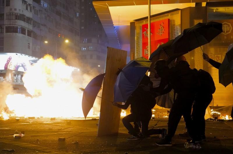 港警持續攻擊香港理工大學,不少學生繼續奮勇抵抗。(美聯社)