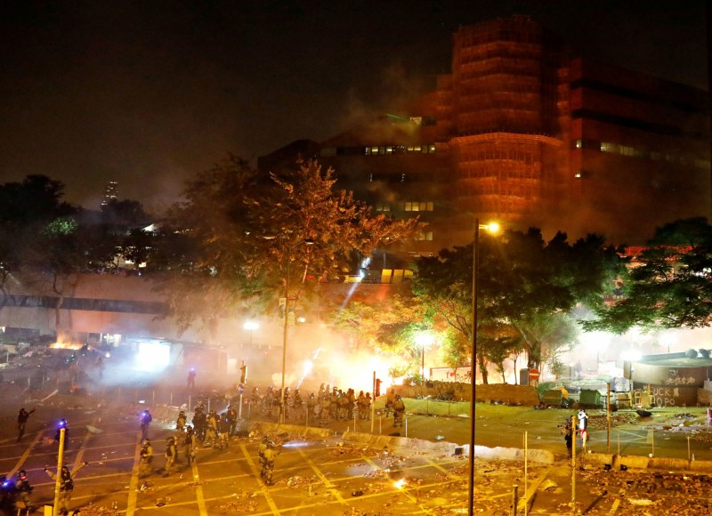 大批防暴警察及「速龍小隊」今晨從攻入理工大學,部分示威者遭逮捕,其餘則陸續退入校園內。(路透)
