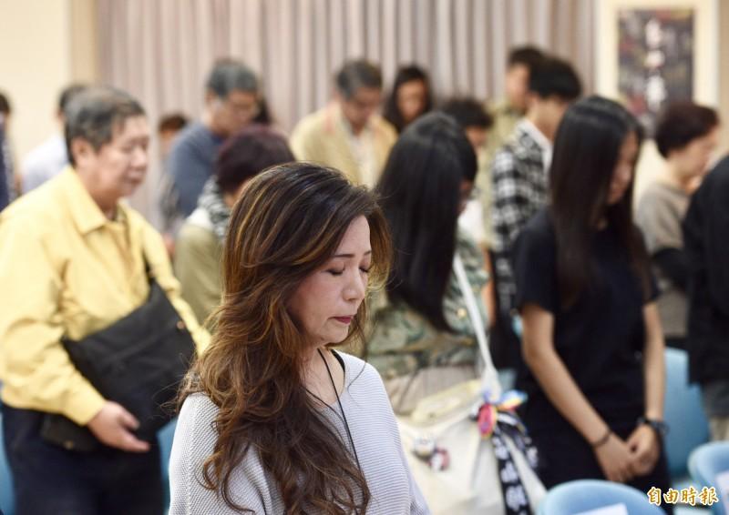 台灣制憲基金會18日舉行「自由‧飛」紀錄片首映記者會,紀錄香港反送中運動及台灣過往反威權統治,與會者在會中為受難者默哀一分鐘。(記者羅沛德攝)