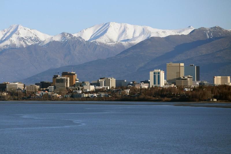 阿拉斯加州最大城安克拉治(Anchorage)在週六追上1967年同天的高溫紀錄後,又出現超過1英尺(約30公分)的破紀錄降雪量。(資料照,法新社)
