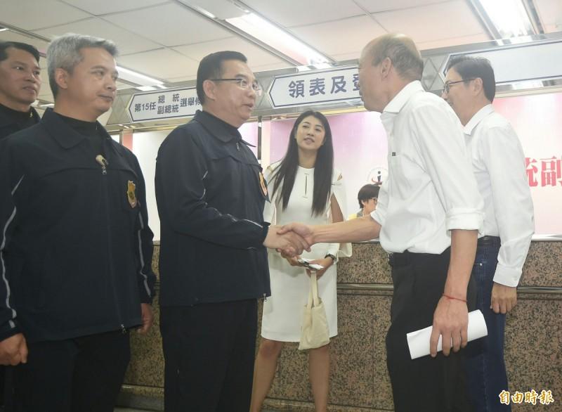 國民黨總統參選人韓國瑜、副總統參選人張善政18日前往中選會登記,國安人員在韓完成登記後接手維安。(記者廖振輝攝)