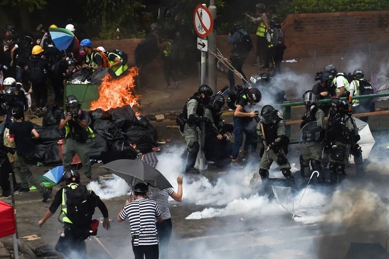 香港警方與反送中示威者在理大外衝突。(法新社)