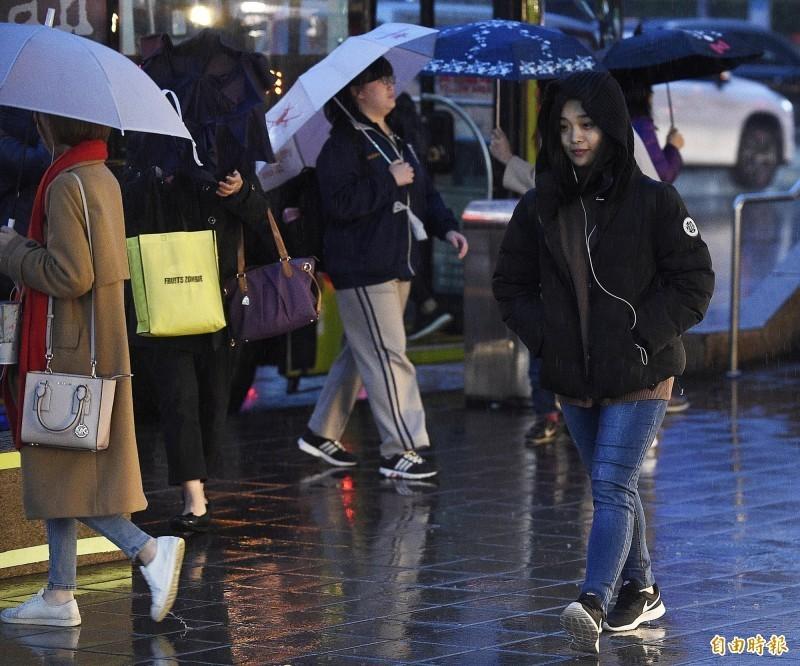 東北季風19日持續影響台灣,北部、東部地區有局部短暫雨,東北部地區降雨則較為持續。各地氣溫再下探,白天北部高溫只剩23度,中南部高溫降至28度,是這波東北季風影響中最冷的一天。(資料照)