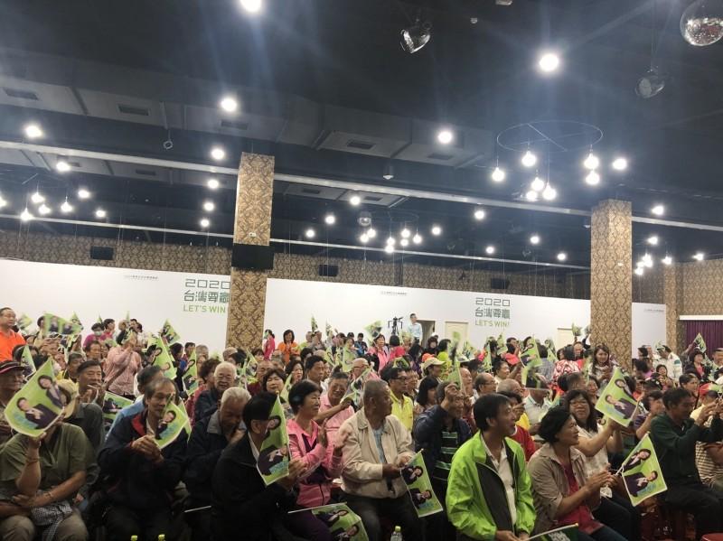 民進黨台中市最近在辦座談會人潮湧入,綠營議員表示:國民黨不分區名單讓人民反感。(何文海提供)