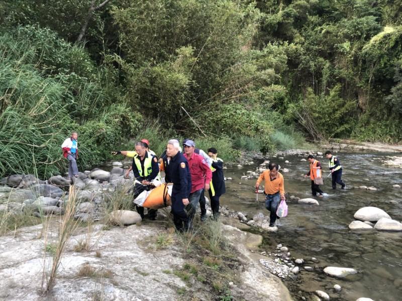 救難人員從河床將遺體運出。(記者鄭名翔翻攝)