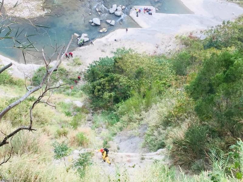 救難人員自山上垂吊至懸崖救援。(記者鄭名翔翻攝)