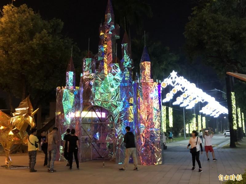 屏東公園的耶誕燈飾開始佈置了(記者葉永騫攝)