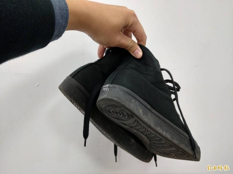 黃姓女子入住宜蘭某民宿,退房時順手帶走一雙球鞋,法院認定其有不法意圖,依竊盜罪判她拘役20天,緩刑2年。鞋子示意圖。(記者張議晨攝)