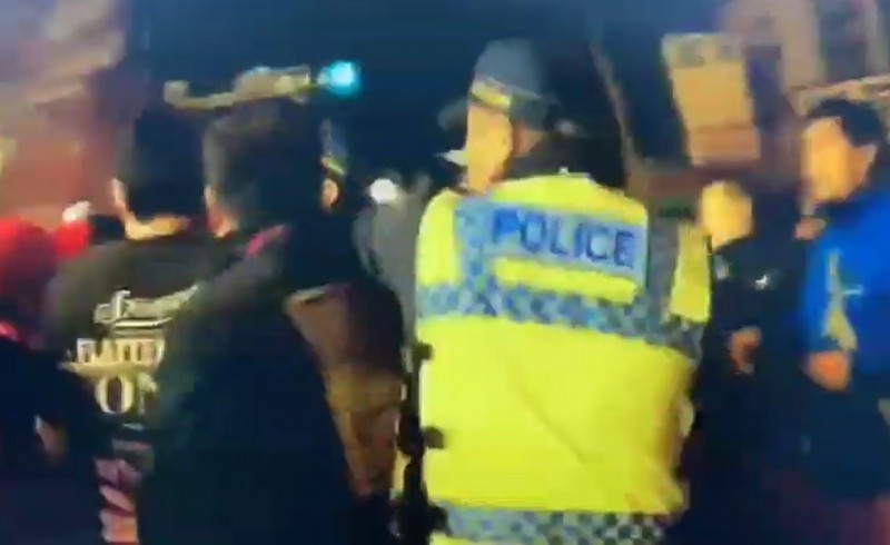 警方火速壓制。(記者王冠仁翻攝)
