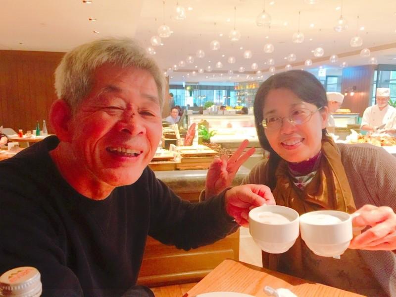桂冠出版社創辦人賴阿勝與妻子鄧玉娟情感深篤,曾許諾妻子「下輩子還要好好照顧她。」(家屬賴立文提供)