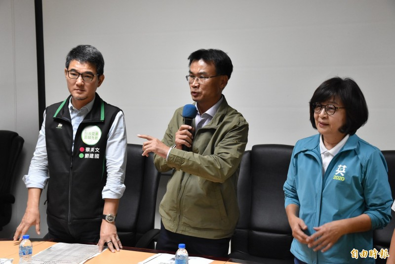 農委會主委陳吉仲今天到雲林與立委蘇治芬、劉建國一起召開記者會澄清花生進口謠言。(記者黃淑莉攝)