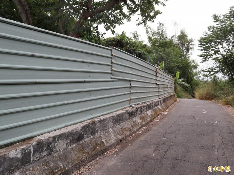 民眾在私人土地設置圍籬,防止再被亂倒垃圾。(記者歐素美攝)