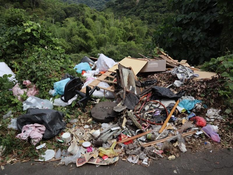 潭子區龍興巷產業道路成廢棄物天堂,短短100公尺就有3處遭亂倒垃圾。(記者歐素美攝)