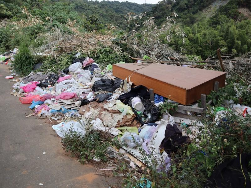 潭子龍興巷產業道路遭亂倒垃圾,遭大型的廢棄床板也在內。(記者歐素美攝)
