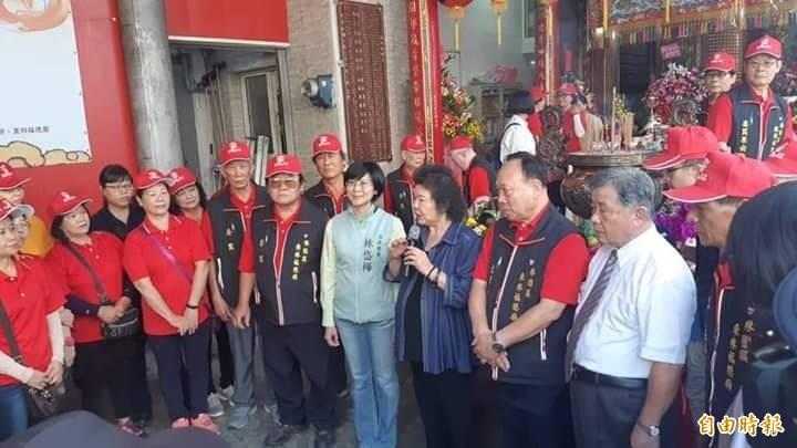 總統府祕書長陳菊為小英贈匾揭牌。(記者洪臣宏翻攝)