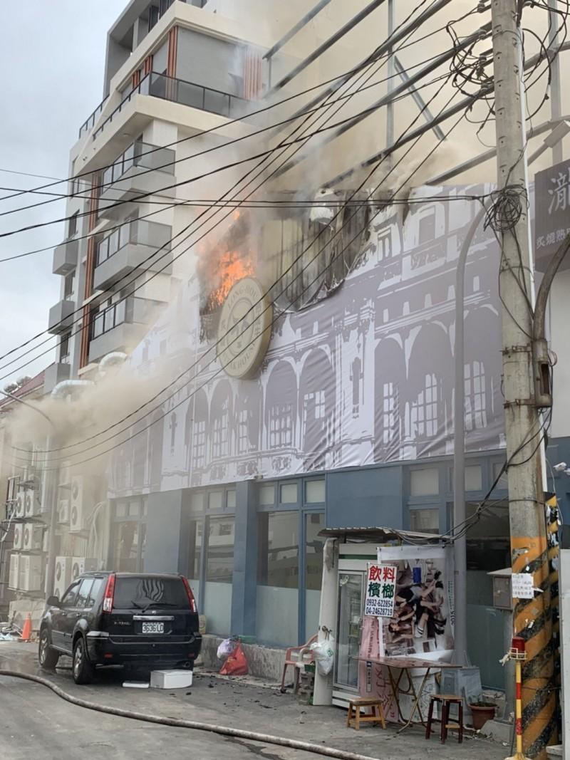 圖中牛排館二樓突然起火。(民眾提供)