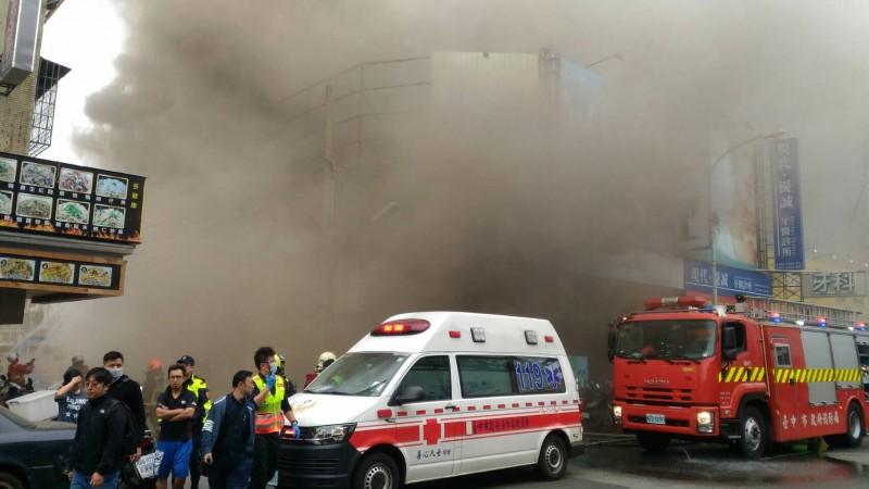 火場大量濃煙竄出。(民眾提供)