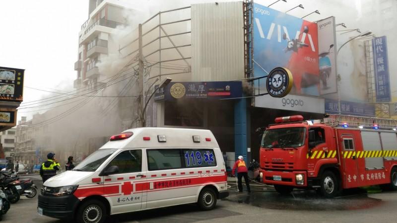 消防局獲報出動人車趕往灌救。(民眾提供)