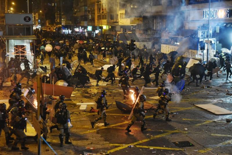 港警在油麻地鎮壓示威群眾,傳出警察駕駛小型巴士衝向人群。(歐新社)