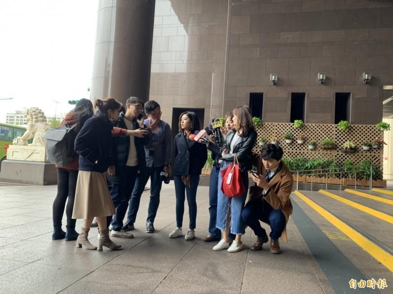 台北市政府副發言人黃瀞瑩受訪,記者男友(最右方蹲下者)也在一旁同框採訪。(記者沈佩瑤攝)