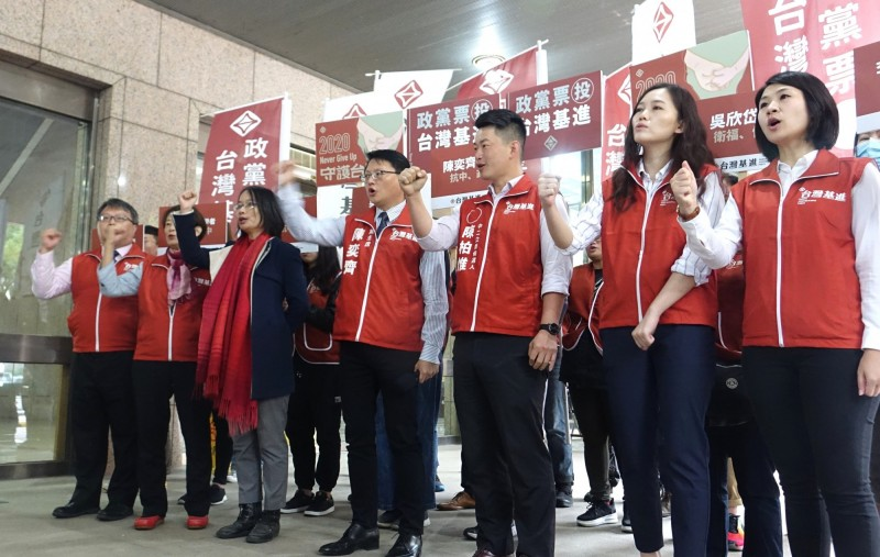 基進黨今天到中選會提交不分區立委名單。(記者王藝菘攝)