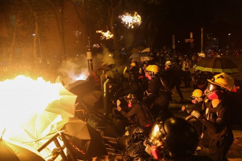 示威者在理工大學與港警對峙,雙方不斷以催淚彈和汽油彈互攻。(歐新社)