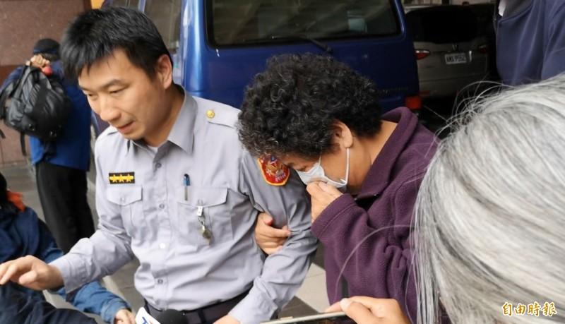 檢察官諭令曾婦10萬交保,她面對記者提問時低頭不發一語,不停啜泣。(記者黃捷攝)