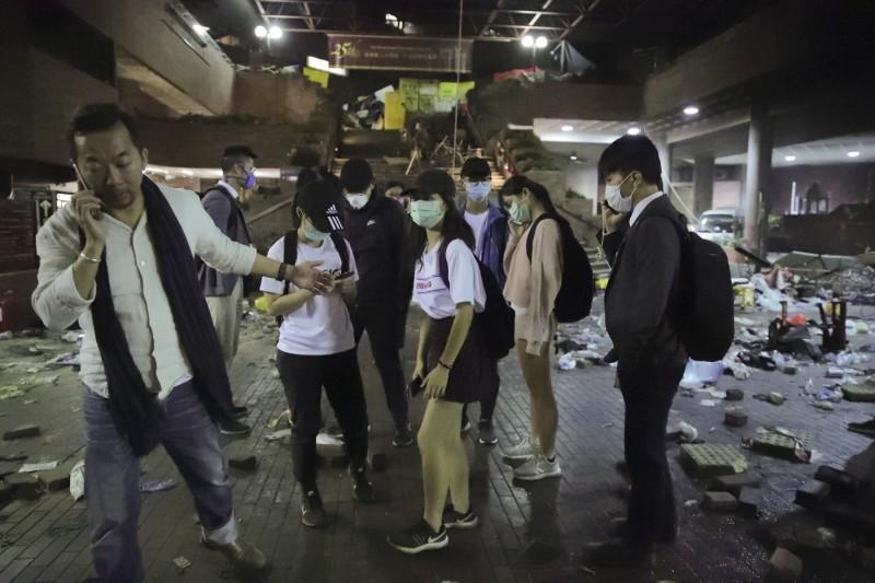 香港政、學界人士昨深夜進入理工大學居中協調,陪同部分學生離開。(美聯社)
