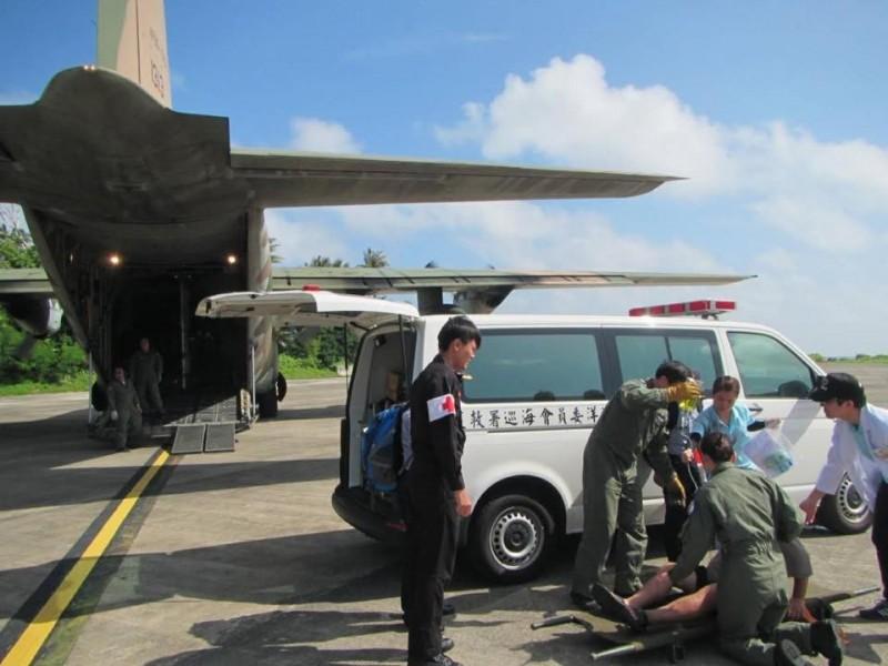空軍出動C130運輸機到太平島接運病患返台醫治,來回航程超過3000公里。(圖:取自空軍司令部臉書專頁)。