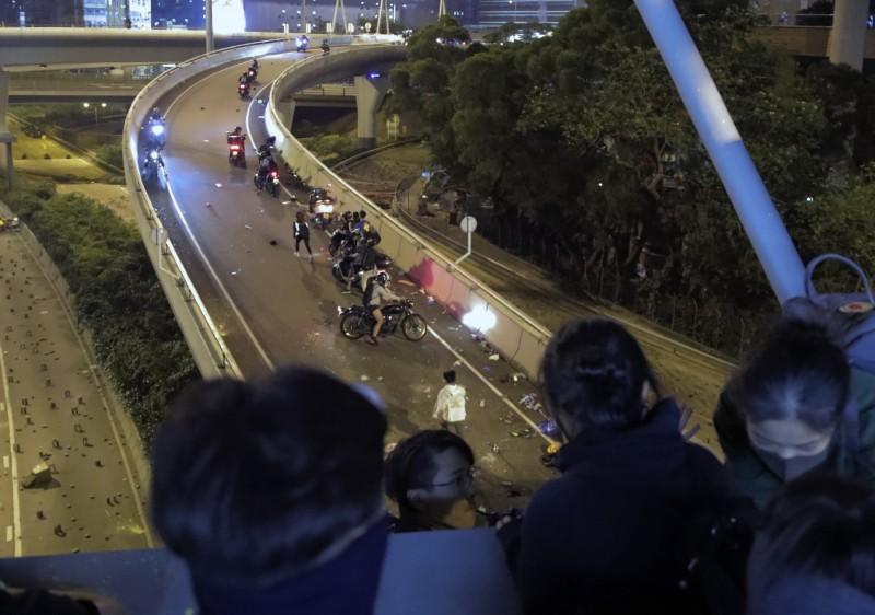 有不少人騎著機車趕來救援示威者。(美聯社)