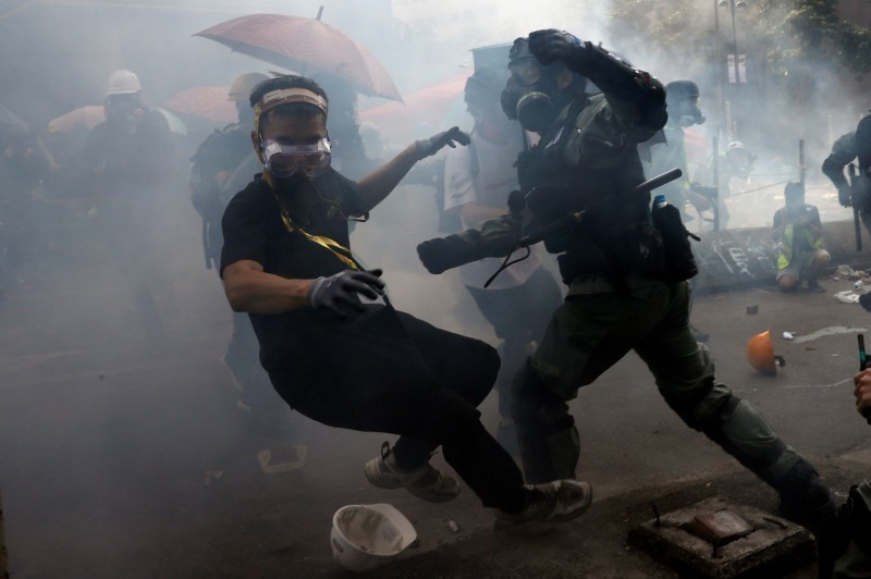 香港理工大學示威者試圖突破警方的包圍,爆發嚴重衝突。(路透)