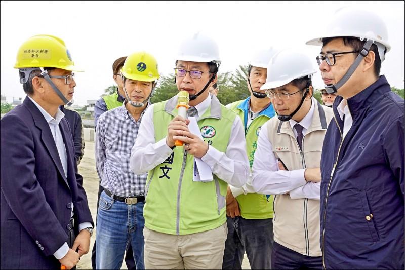 行政院副院長陳其邁(右一)在台南市長黃偉哲(右二)、立委郭國文(前右三)等人陪同下,前往視察安定安順寮排水滯洪池改善工程。(郭國文競選團隊提供)