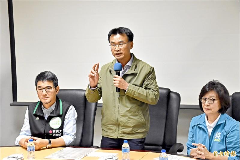 農委會主委陳吉仲(中)與立委蘇治芬(右)、劉建國(左)一起開記者會,澄清低價進口花生假消息。(記者黃淑莉攝)