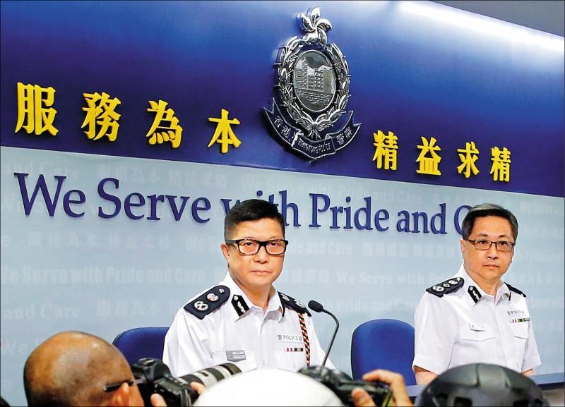 中國國務院十九日正式任命鄧炳強(左)接任警務處處長。(路透)