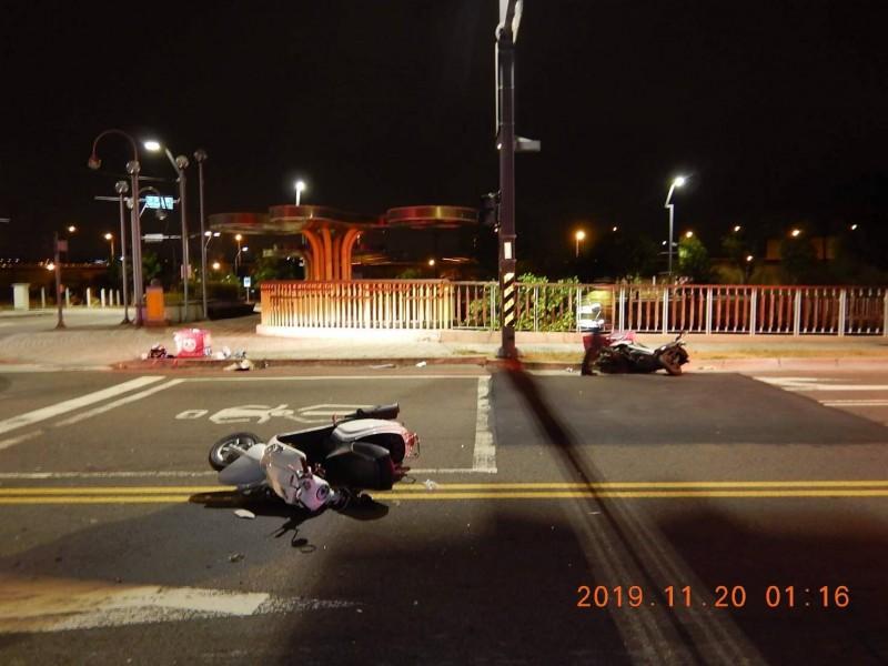 兩輛都是Foodpanda外送平台的機車在路口碰撞,雙雙倒地。(民眾提供)