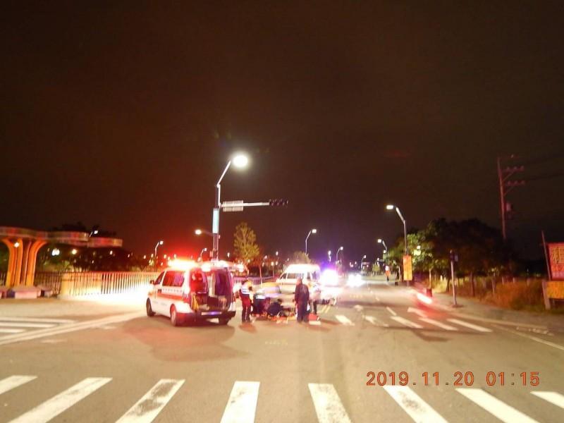 救護車趕往將兩名受傷外送員送醫。(民眾提供)