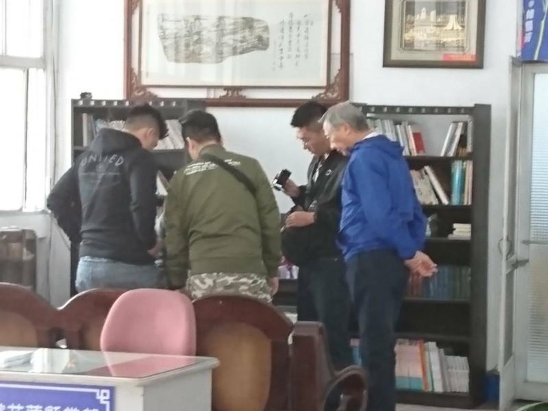 國民黨總統參選人韓國瑜花蓮縣競選總部9月揭牌,今早經傳有1名黑衣男子,疑似因涉嫌違反槍砲案及毒品案在競總遭警方逮捕。(記者王峻祺翻攝)