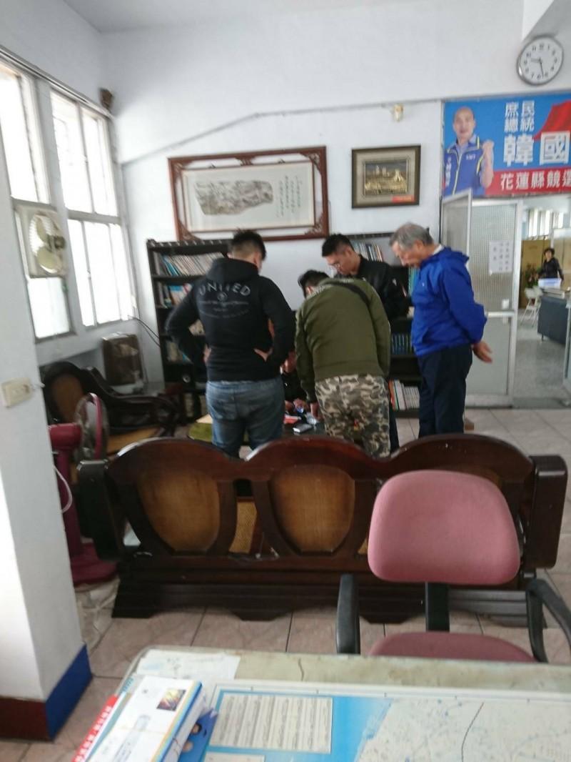 國民黨總統參選人韓國瑜花蓮縣競選總部9月揭牌,今早有1名黑衣男子,疑似因涉嫌違反槍砲案及毒品案在競總遭警方逮捕。(記者王峻祺翻攝)